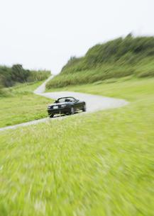 草原と車の写真素材 [FYI03046528]