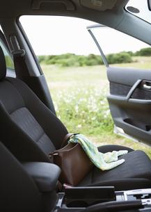 車内のスカーフと鞄の写真素材 [FYI03046583]