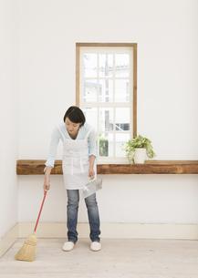 掃除をする女性の写真素材 [FYI03046601]