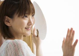 うちわを持つ女性の写真素材 [FYI03046611]