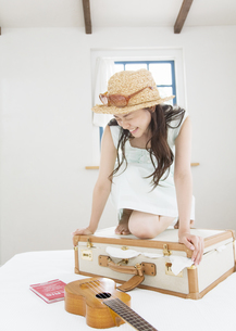 旅行の準備をする女性の写真素材 [FYI03046654]