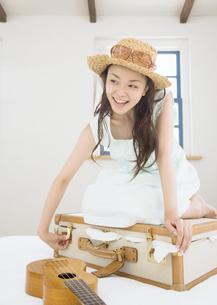 旅行の準備をする女性の写真素材 [FYI03046655]