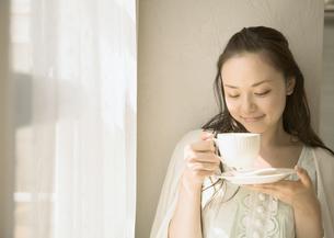 コーヒーを飲む女性の写真素材 [FYI03046661]
