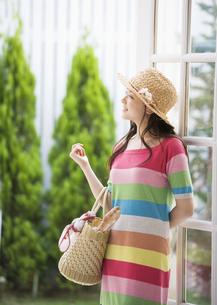買い物かごを持つ女性の写真素材 [FYI03046690]