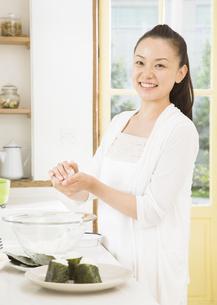 おにぎりを作る女性の写真素材 [FYI03046744]