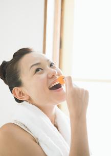 ミニトマトを食べる女性の写真素材 [FYI03046756]