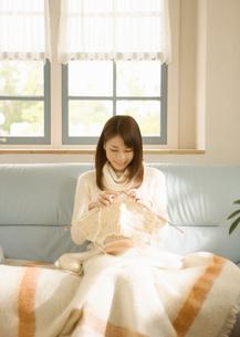 編み物をする女性の写真素材 [FYI03046757]