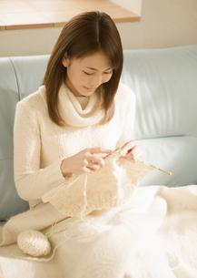 編み物をする女性の写真素材 [FYI03046758]
