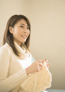 編み物をする女性の写真素材 [FYI03046759]