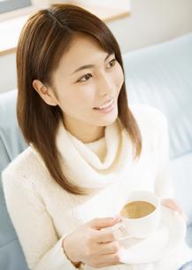 カフェオレを飲む女性の写真素材 [FYI03046760]