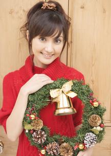 クリスマスリースを持つ女性の写真素材 [FYI03046774]