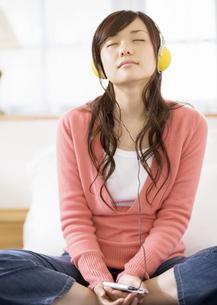 音楽を聴く女性の写真素材 [FYI03046781]