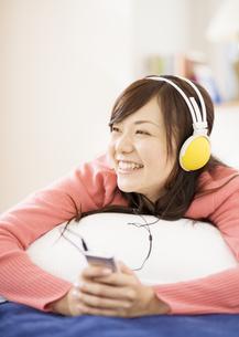 音楽を聴く女性の写真素材 [FYI03046787]