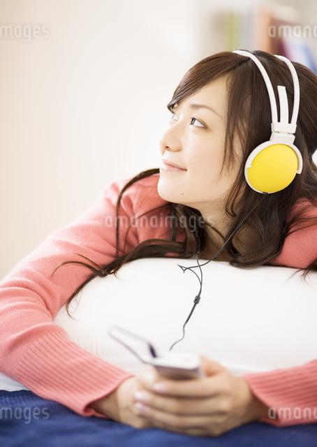 音楽を聴く女性の写真素材 [FYI03046788]