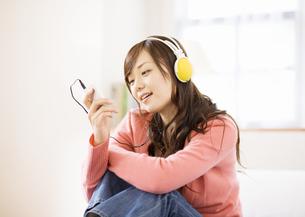 音楽を聴く女性の写真素材 [FYI03046791]