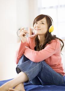 音楽を聴く女性の写真素材 [FYI03046794]