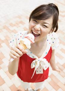 アイスクリームを食べる女性の写真素材 [FYI03046823]
