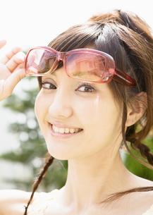 サングラスをかけた女性の写真素材 [FYI03046826]