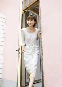 扉を開ける女性の写真素材 [FYI03046882]