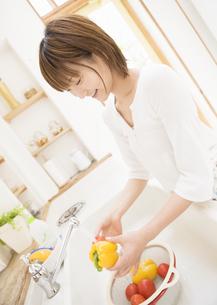 料理をする女性の写真素材 [FYI03046893]