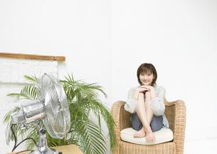 椅子に座る女性の写真素材 [FYI03046913]