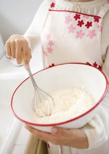 菓子作りをする女性の手の写真素材 [FYI03046931]