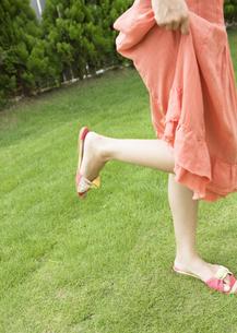 若い女性の足元の写真素材 [FYI03046958]