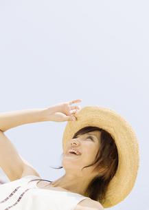 空を見上げる女性の写真素材 [FYI03046972]