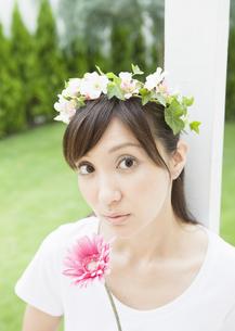 花冠を被った女性の写真素材 [FYI03047015]