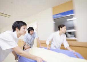 患者を運ぶ医師と看護師の写真素材 [FYI03047126]