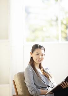 笑顔のビジネスウーマンの写真素材 [FYI03047188]