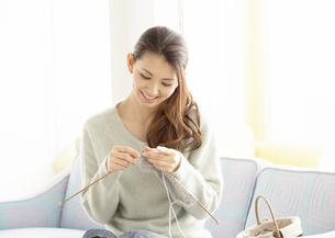 編み物をする若い女性の写真素材 [FYI03047237]