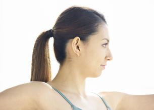 ヨガをする若い女性の写真素材 [FYI03047352]