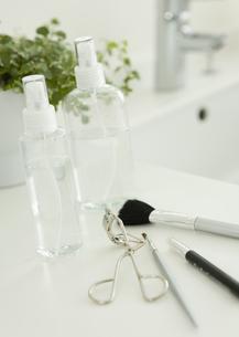 スプレーボトルと化粧道具の写真素材 [FYI03047485]