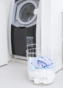 洗濯機と洗濯かごの写真素材 [FYI03047505]