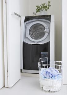 洗濯機と洗濯かごの写真素材 [FYI03047510]