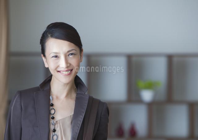 笑顔の女性の写真素材 [FYI03047596]
