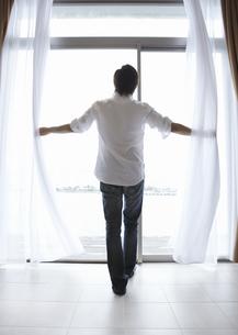 窓辺の若い男性の写真素材 [FYI03047684]