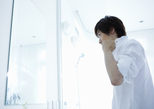 洗面所の若い男性の写真素材 [FYI03047708]