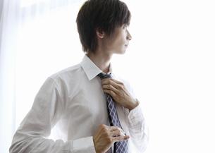 ネクタイを締めるビジネスマンの写真素材 [FYI03047753]