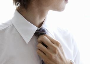 ネクタイを締めるビジネスマンの写真素材 [FYI03047757]
