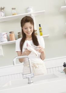 グラスを拭く女性の写真素材 [FYI03047822]