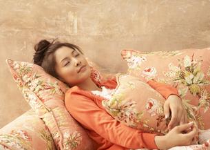 ソファーで眠る女性の写真素材 [FYI03047866]