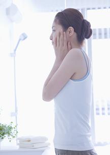 フェイスケアをする女性の写真素材 [FYI03048025]