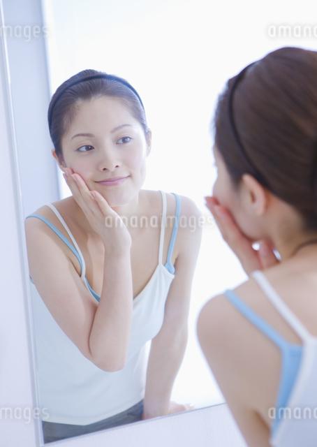 フェイスケアをする女性の写真素材 [FYI03048036]