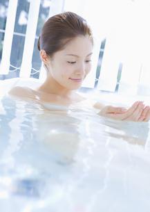 入浴する女性の写真素材 [FYI03048053]