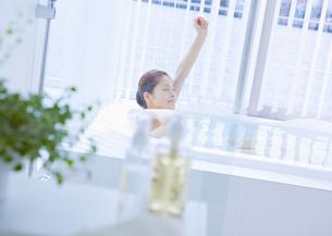 入浴する女性の写真素材 [FYI03048056]