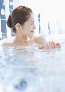 入浴する女性の写真素材 [FYI03048061]