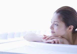 入浴する女性の写真素材 [FYI03048063]