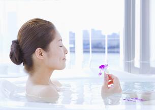 入浴する女性の写真素材 [FYI03048064]